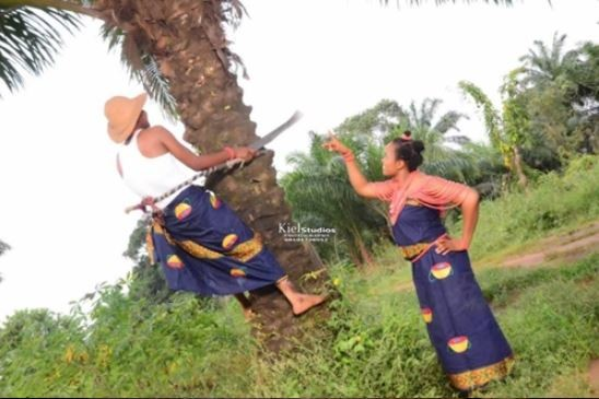 Man Climbs Palm Tree In Pre-Wedding Photos As Fiancée Watches