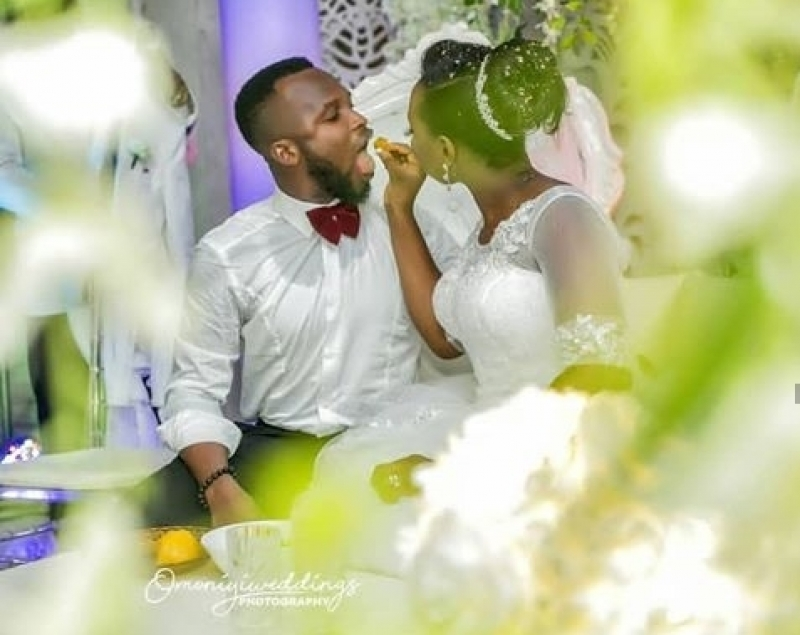 Hilarious photos of couple eating at their wedding-4