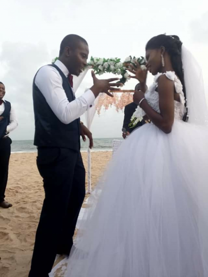 Couple marries on a beach in lagos-3