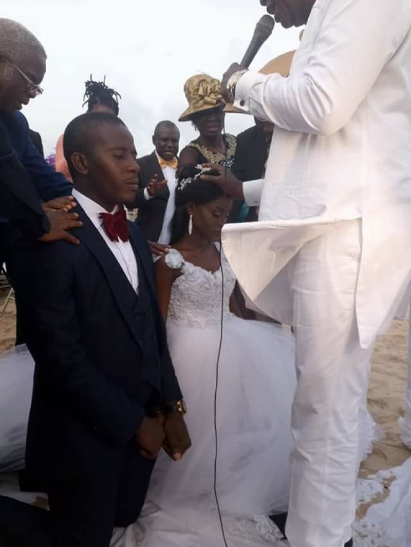 Couple marries on a beach in lagos
