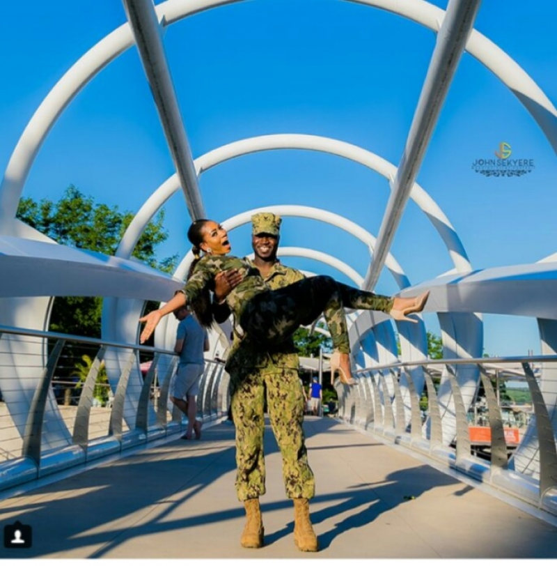 Man propose to his girlfriend wearing army camouflage-2