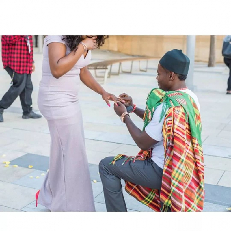 Man proposes to girlfriend in grand style-2